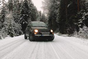 Mali auto na snegu