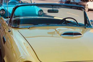 Mali žuti auto