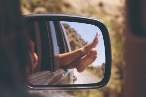 Noge na prozoru auta