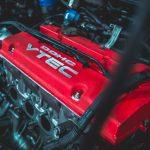 Motor novog automobila koji pokazuje da u dilemi polovni ili novi automobil nov je pobednik