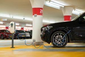 Električni auto se puni u garaži